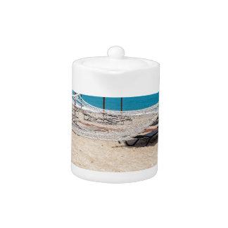 海岸のビーチパラソルが付いているハンモック