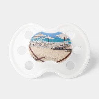 海岸のビーチパラソルが付いているハンモック おしゃぶり