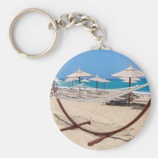 海岸のビーチパラソルが付いているハンモック キーホルダー