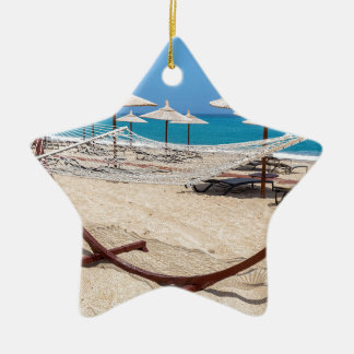 海岸のビーチパラソルが付いているハンモック セラミックオーナメント