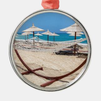 海岸のビーチパラソルが付いているハンモック メタルオーナメント