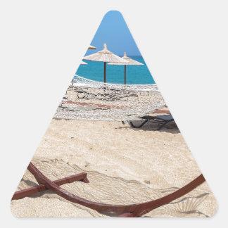 海岸のビーチパラソルが付いているハンモック 三角形シール