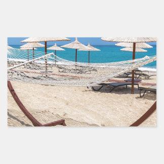 海岸のビーチパラソルが付いているハンモック 長方形シール