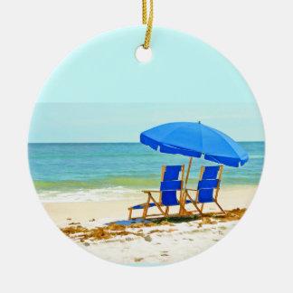 海岸のビーチ、傘および椅子 セラミックオーナメント