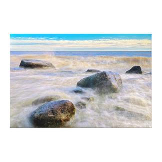 海岸線の石で衝突する波 キャンバスプリント