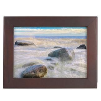 海岸線の石で衝突する波 ジュエリーボックス