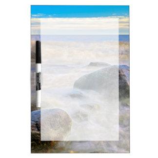 海岸線の石で衝突する波 ホワイトボード