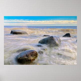 海岸線の石で衝突する波 ポスター