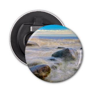 海岸線の石で衝突する波 栓抜き