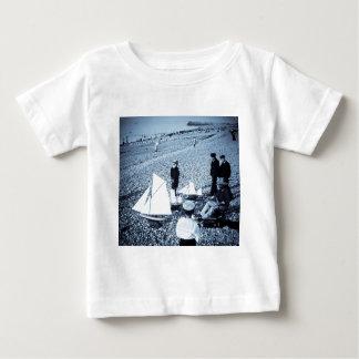 海岸、フランスの幻灯のスライドの男の子 ベビーTシャツ