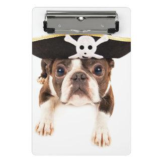 海賊として服を着るボストンテリア犬 ミニクリップボード