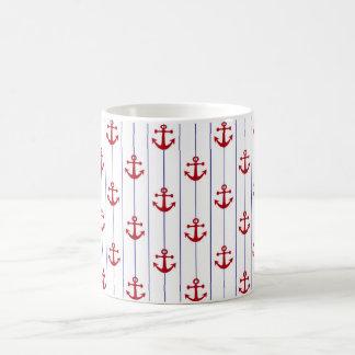 海軍細い縦縞および赤いいかりのマグ コーヒーマグカップ
