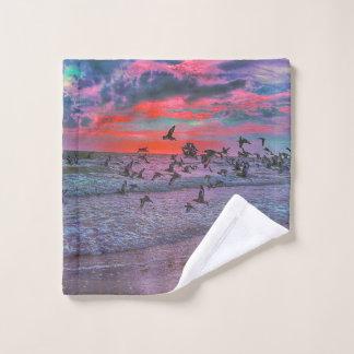 海鳥が付いている熱帯日没のビーチ ウォッシュタオル