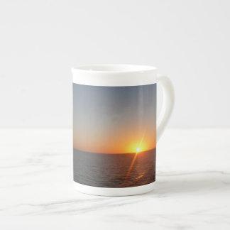 海IIIの海の地平線の海景の日の出 ボーンチャイナカップ