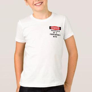 消防士の妻の危険 Tシャツ