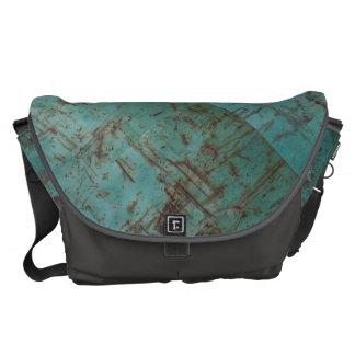 涼しいティール(緑がかった色)の緑の錆ついた汚い表面 メッセンジャーバッグ
