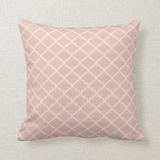 淡いピンクおよびクリーム色のクローバーパターン クッション