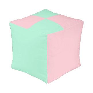 淡いピンクおよび軽く真新しい色 プーフ