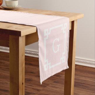 淡いピンクのギリシャ人の鍵フレーム#2の最初のモノグラム ショートテーブルランナー