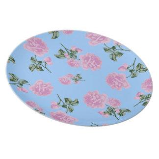 淡いピンクのバラの国のコテッジの青い花のプレート プレート