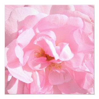 淡いピンクのバラの花びら 13.3 スクエアインビテーションカード