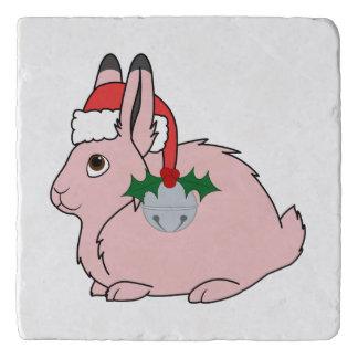 淡いピンクの北極ノウサギ-サンタの帽子及びシルバーベル トリベット
