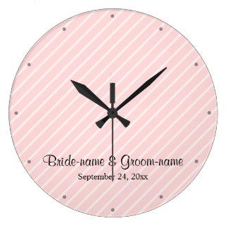 淡いピンクの対角線のストライプな結婚式 ラージ壁時計