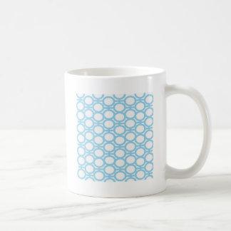 淡いブルーおよび白いアイレット コーヒーマグカップ