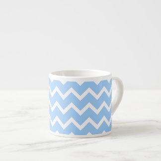 淡いブルーおよび白いジグザグ形の縞 エスプレッソカップ