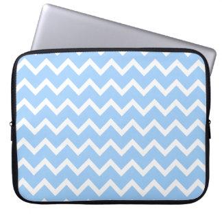 淡いブルーおよび白いジグザグ形の縞 ラップトップスリーブ