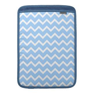 淡いブルーおよび白いジグザグ形の縞 MacBook スリーブ