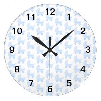 淡いブルーおよび白いベビーカーパターン ラージ壁時計