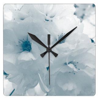 淡いブルーおよび白い桜の桜の花 スクエア壁時計