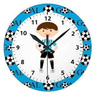 淡いブルーのサッカーの男の子1および白のストライプのゴール ラージ壁時計