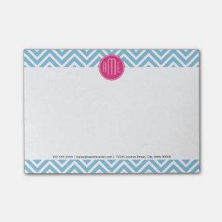 淡いブルーのシェブロンが付いているマゼンタのピンクのモノグラム ポスト・イット®ノート
