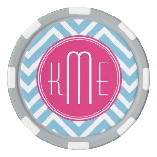 淡いブルーのシェブロンが付いているマゼンタのピンクのモノグラム ポーカーチップセット