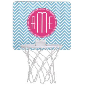 淡いブルーのシェブロンが付いているマゼンタのピンクのモノグラム ミニバスケットボールゴール