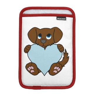 淡いブルーのハートのバレンタインデーのブラウン犬 iPad MINIスリーブ
