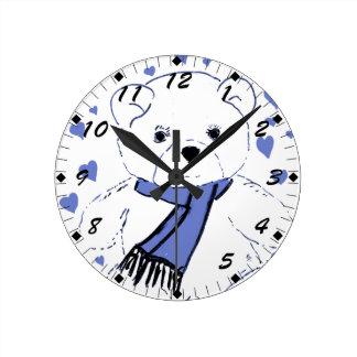 淡いブルーのハートを持つ白いテディー・ベア ラウンド壁時計