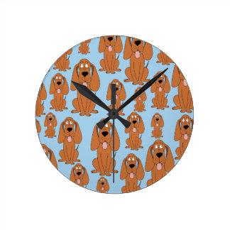 淡いブルーのブラウン犬。 ラウンド壁時計