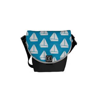淡いブルーのヨットパターン メッセンジャーバッグ