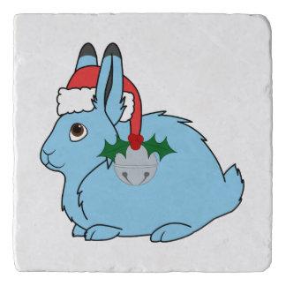 淡いブルーの北極ノウサギ-サンタの帽子及びシルバーベル トリベット