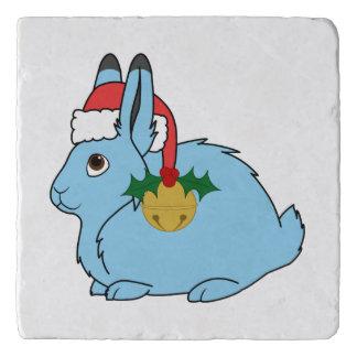 淡いブルーの北極ノウサギ-サンタの帽子及び金ゴールド鐘 トリベット