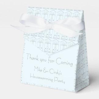 淡いブルーの引っ越し祝いパーティーを引く小さい家インク フェイバーボックス