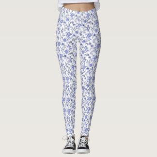 淡いブルーの灰色および白い花のChintz レギンス