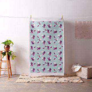 淡いブルーの生地のヴィンテージの紫色の花 ファブリック