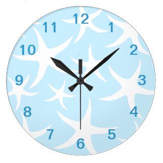 淡いブルーの白いヒトデパターン。 ラージ壁時計