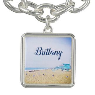 淡いブルーの空および砂浜の写真の名前をカスタムする チャームブレスレット