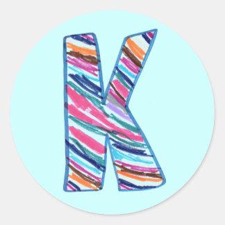 淡いブルーのKalebのカラフルな手紙Kによる芸術 ラウンドシール