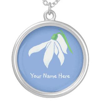 淡いブルーのSnowdropの白い花 シルバープレートネックレス